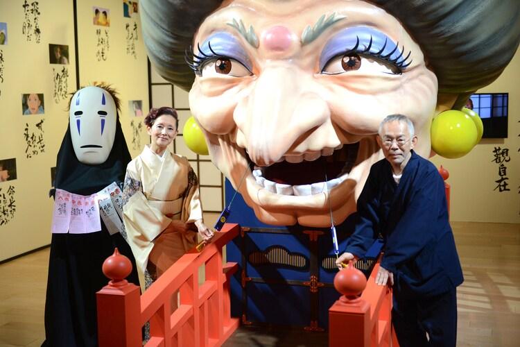 左からカオナシ、夏木マリ、鈴木敏夫。