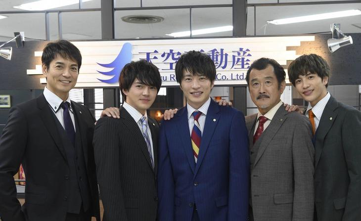 左から沢村一樹、林遣都、田中圭、吉田鋼太郎、志尊淳。 (c)「劇場版 おっさんずラブ」製作委員会
