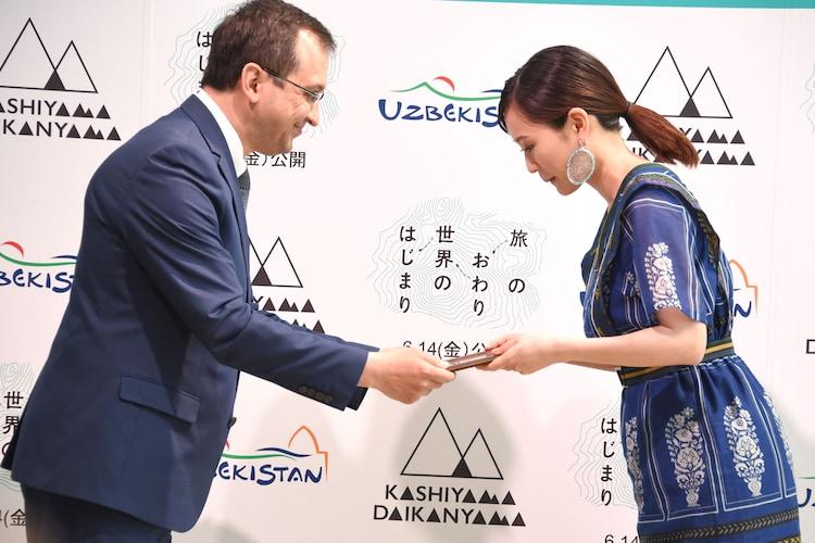 ガイラト・ガニエヴィチ・ファジーロフ(左)から観光大使任命状を受け取る前田敦子(右)。