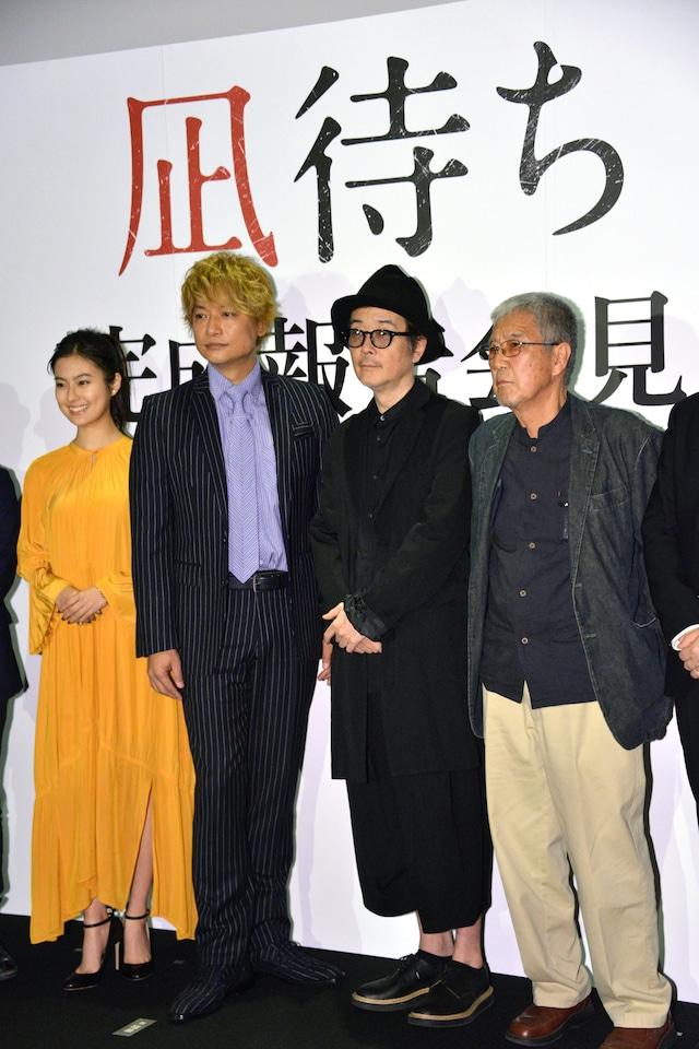 「凪待ち」完成報告会見の様子。左から恒松祐里、香取慎吾、リリー・フランキー、吉澤健。
