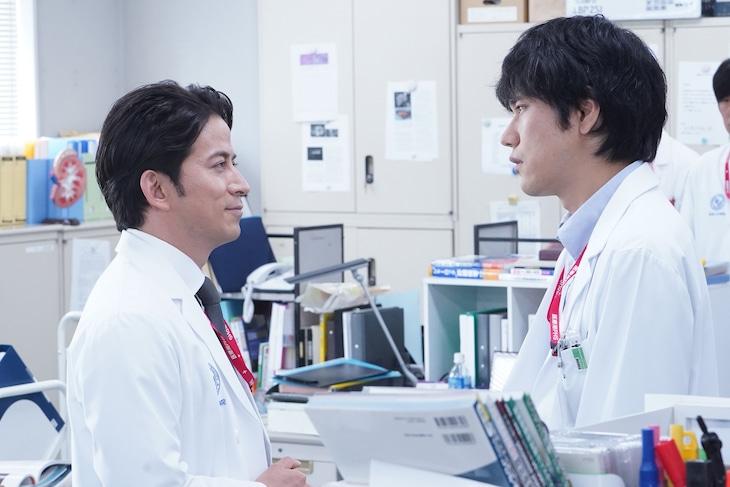 「白い巨塔」より、左から岡田准一演じる財前五郎、松山ケンイチ演じる里見脩二。