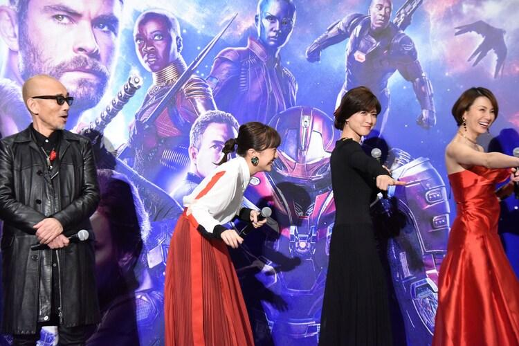 ももいろクローバーZのポーズを取る内田有紀(中央右)、米倉涼子(右端)。