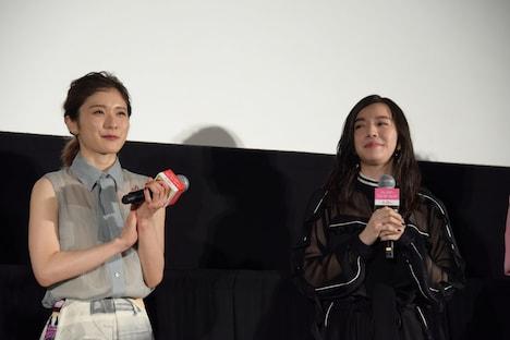 左から松岡茉優、milet。