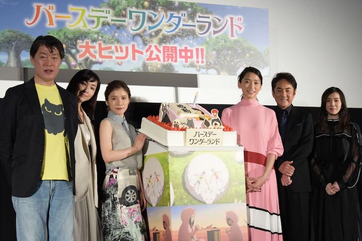 「バースデー・ワンダーランド」初日舞台挨拶にて、左から原恵一、麻生久美子、松岡茉優、杏、市村正親、milet。