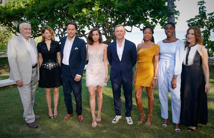 左からマイケル・G・ウィルソン、レア・セドゥ、キャリー・ジョージ・フクナガ、アナ・デ・アルマス、ダニエル・クレイグ、ナオミ・ハリス、ラッシャーナ・リンチ、バーバラ・ブロッコリ。