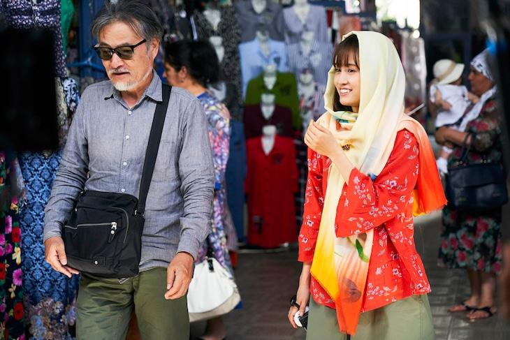 左から黒沢清、前田敦子。