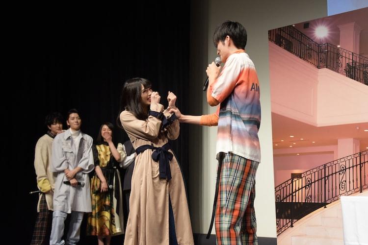 胸キュンシーンを披露する山本涼介(右)。