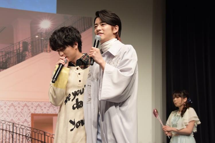 飯島寛騎(中央)の胸キュンシーンで、女性パートを代わりに演じる稲葉友(左)。