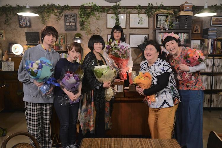 左から伊野尾慧、川栄李奈、余貴美子、松岡昌宏、平田敦子、しゅはまはるみ。