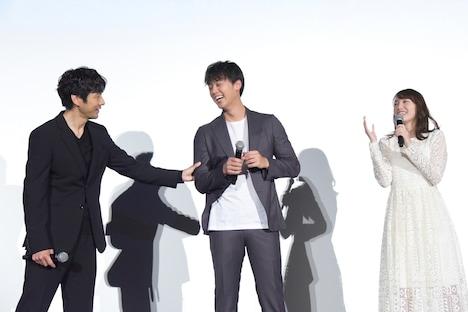竹内涼真(中央)の筋肉を確かめる西島秀俊(左)。