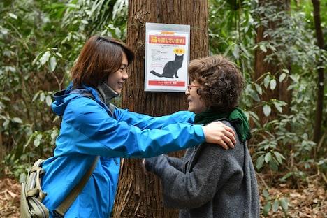 「初恋~お父さん、チビがいなくなりました」より、倍賞千恵子演じる有喜子(右)と佐藤流司演じるペット探偵(左)。