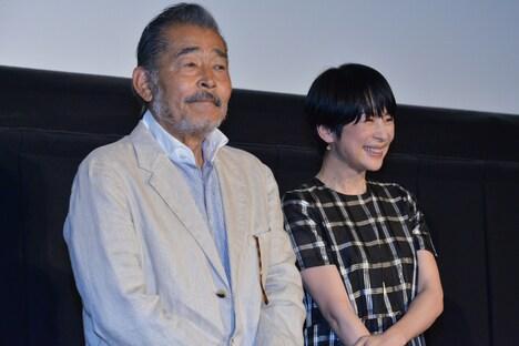 左から藤竜也、西田尚美。