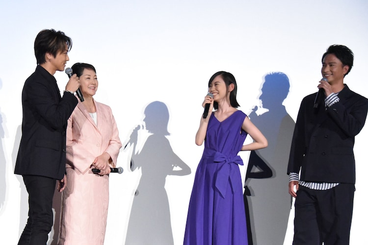 柴田杏花(中央右)の露出度を憂うTAKAHIRO(左端)。