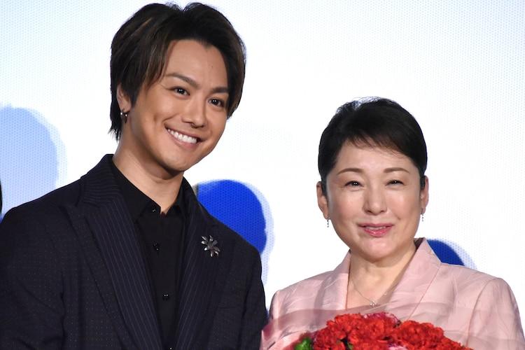 左からTAKAHIRO、松坂慶子。