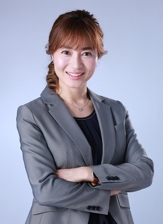佐々木カナ役の新山千春。
