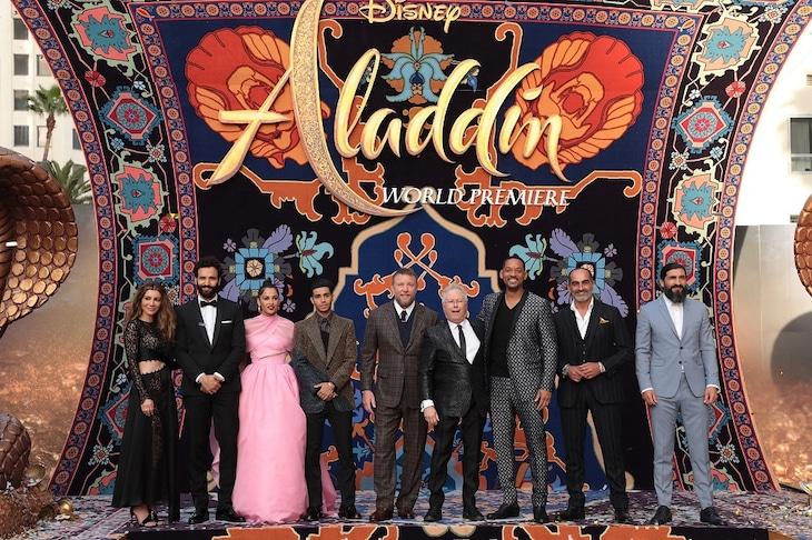 「アラジン」USプレミアにて、左からナシム・ペドラド、マーワン・ケンザリ、ナオミ・スコット、メナ・マスード、ガイ・リッチー、アラン・メンケン、ウィル・スミス、ナヴィド・ネガーバン、ヌーマン・アカー。