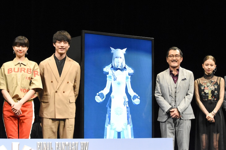 「劇場版 ファイナルファンタジーXIV 光のお父さん」完成披露試写会の様子。左から佐久間由衣、坂口健太郎、吉田鋼太郎、山本舞香。