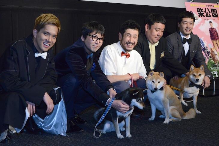 映画「柴公園」完成披露上映会の様子。左から水野勝、大西信満、渋川清彦、ドロンズ石本、綾部真弥。