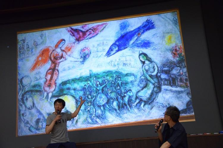 マルク・シャガールの絵画を引き合いに自作「嵐電」を解説する鈴木卓爾(左)。