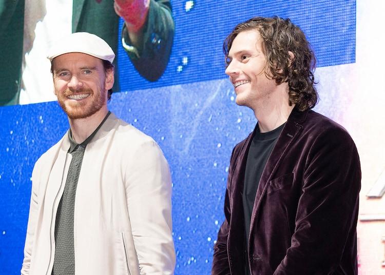 左からマイケル・ファスベンダー、エヴァン・ピーターズ。