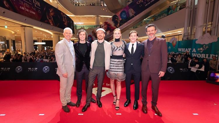 「X-MEN:ダーク・フェニックス」アジアファンイベントの様子。左からハッチ・パーカー、エヴァン・ピーターズ、マイケル・ファスベンダー、ソフィー・ターナー、タイ・シェリダン、サイモン・キンバーグ。