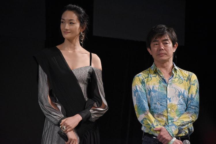 地球を救え!部門審査員の冨永愛(左)と宮沢和史(右)。