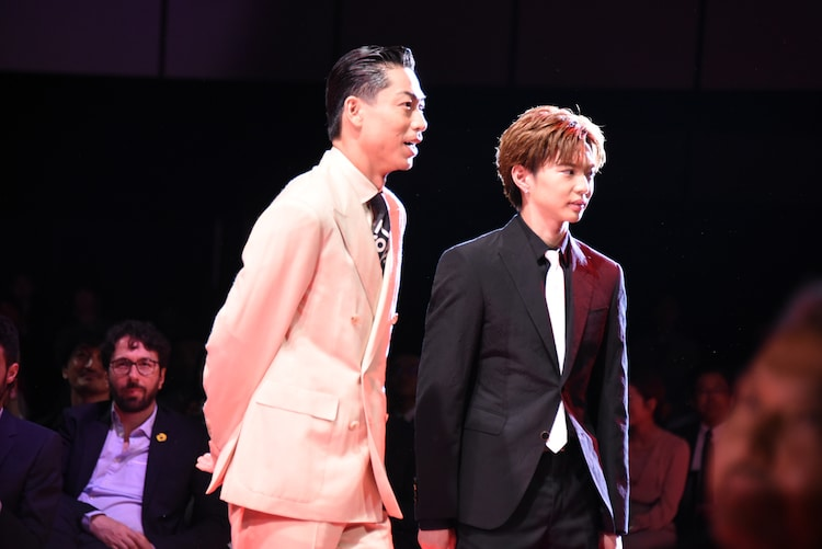 レッドカーペットを歩くAKIRA(左)と佐藤大樹(右)。