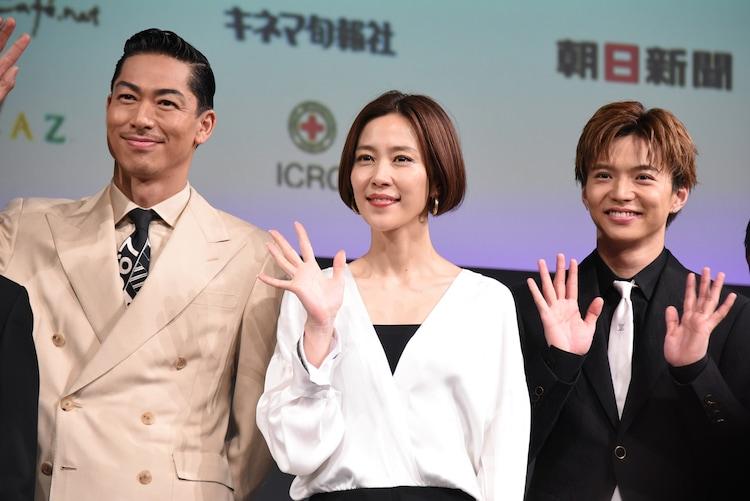 左からAKIRA、木村佳乃、佐藤大樹。