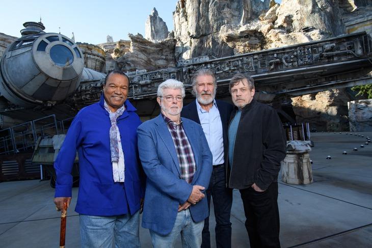 左からビリー・ディー・ウィリアムズ、ジョージ・ルーカス、ハリソン・フォード、マーク・ハミル。 (c)Disney/Lucasfilm Ltd. (c)& TM Lucasfilm Ltd.