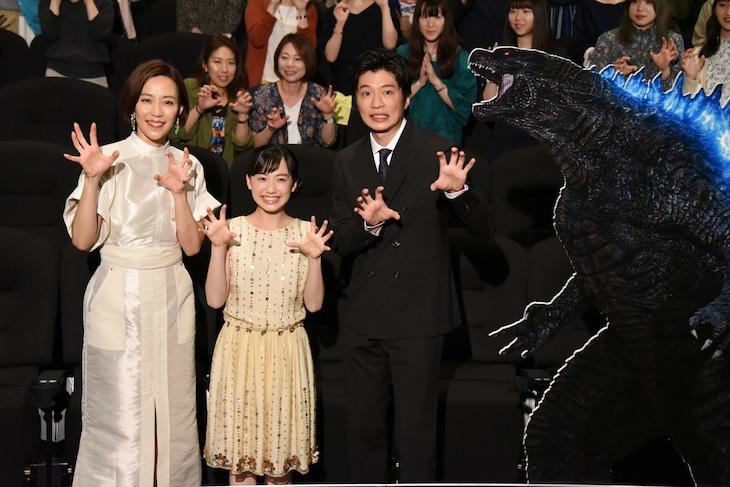 「ゴジラ キング・オブ・モンスターズ」初日舞台挨拶の様子。左から木村佳乃、芦田愛菜、田中圭。