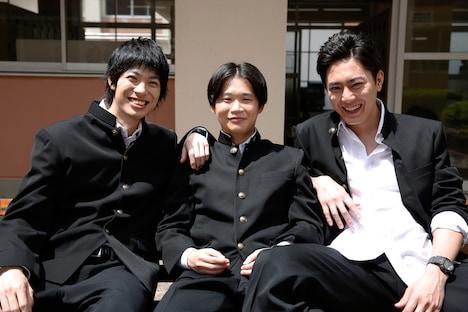 左から渡辺大知、矢本悠馬、間宮祥太朗。