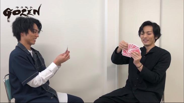 「『GOZEN』真剣勝負」スペシャルムービー第2試合より、小野塚勇人(左)と久保田悠来(右)。