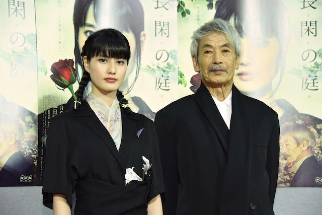 NHKプレミアムドラマ「長閑の庭」試写会の様子。左から橋本愛、田中泯。