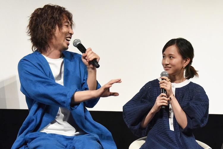左から柄本時生、前田敦子。