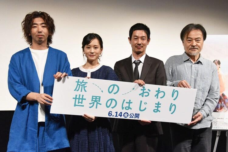 「旅のおわり世界のはじまり」完成披露舞台挨拶の様子。左から柄本時生、前田敦子、加瀬亮、黒沢清。