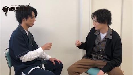 「『GOZEN』真剣勝負」スペシャルムービー第3試合より、小野塚勇人(左)と犬飼貴丈(右)。