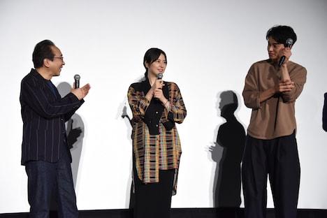 長澤まさみ(中央)が映画「コンフィデンスマンJP」第2弾の製作決定を発表したときの様子。