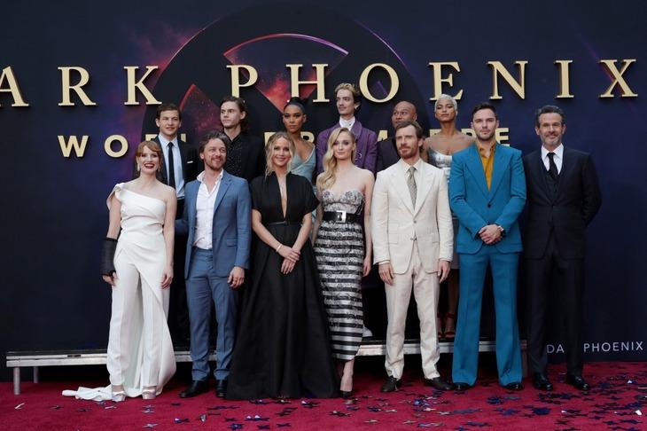 「X-MEN:ダーク・フェニックス」ワールドプレミアの様子。前列左からジェシカ・チャステイン、ジェームズ・マカヴォイ、ジェニファー・ローレンス、ソフィー・ターナー、マイケル・ファスベンダー、ニコラス・ホルト、サイモン・キンバーグ。後列左からタイ・シェリダン、エヴァン・ピーターズ、アレクサンドラ・シップ、コディ・スミット=マクフィー、アンドリュー・ステリン、コタ・エバーハード。