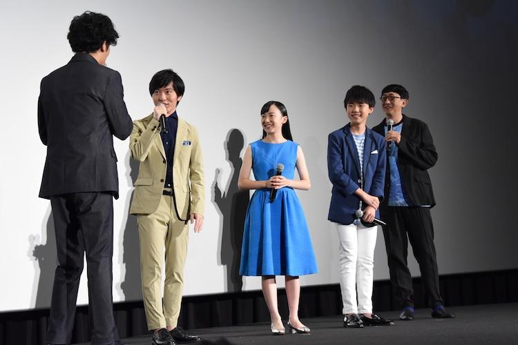 左から稲垣吾郎、浦上晟周、芦田愛菜、石橋陽彩、渡辺歩監督。
