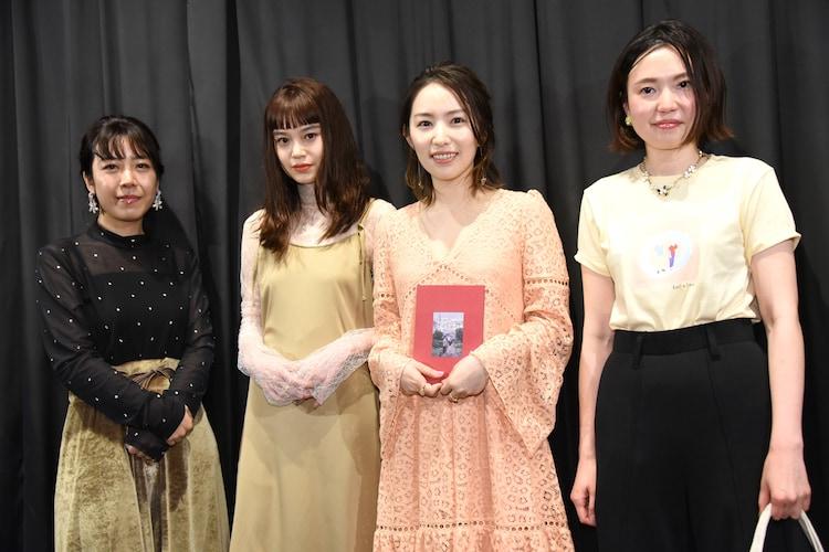 「月極オトコトモダチ」初日舞台挨拶の様子。左から山田佳奈、野崎智子、徳永えり、穐山茉由。