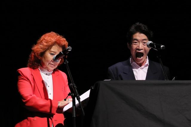 左から、アフレコ中の野沢雅子、島田敏。