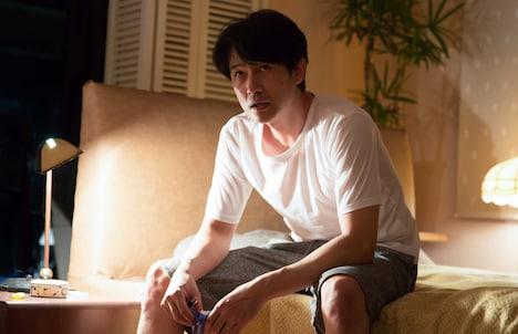 「アンダー・ユア・ベッド」新場面写真より、安部賢一演じる浜崎健太郎。