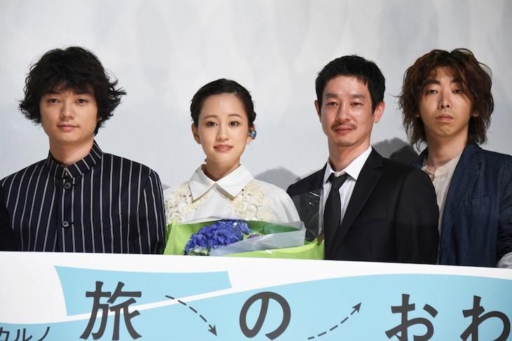 「旅のおわり世界のはじまり」公開記念舞台挨拶の様子。左から染谷将太、前田敦子、加瀬亮、柄本時生。