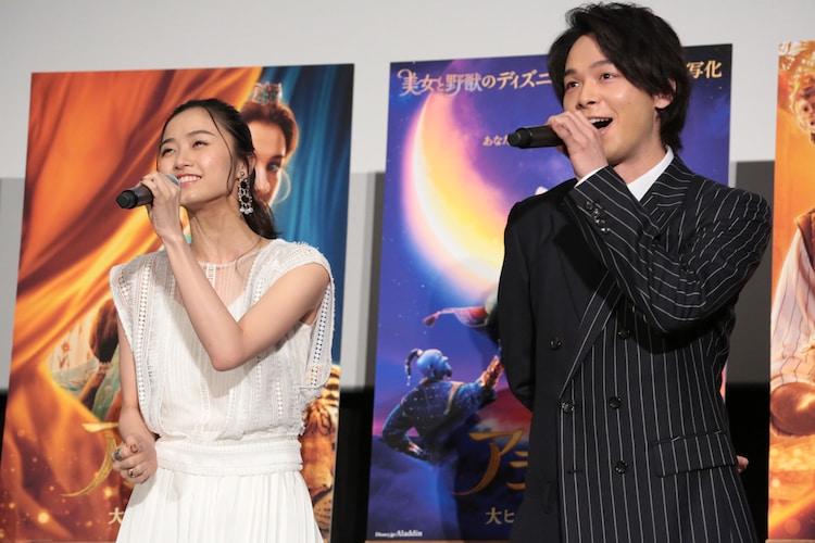「ホール・ニュー・ワールド」を歌う木下晴香(左)と中村倫也(右)。