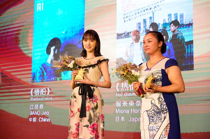 「ホットギミック ガールミーツボーイ」で第22回上海国際映画祭のアジア新人部門・優秀女優賞を受賞した堀未央奈(左)。