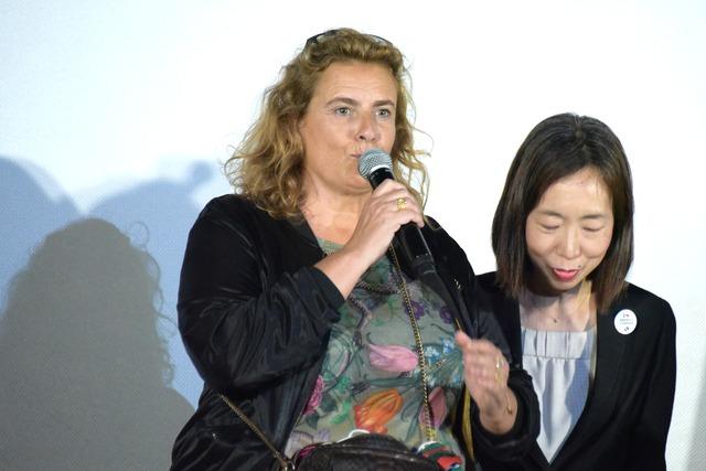 リサ・アズエロス(左)