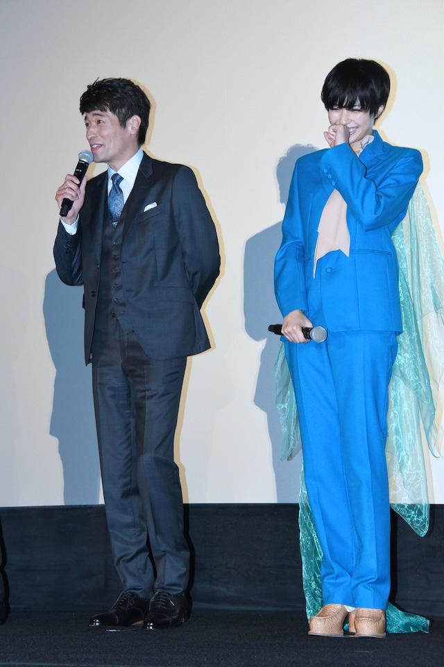 左から佐藤隆太、佐久間由衣。