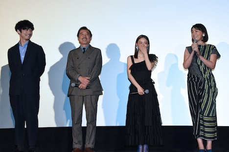 左から坂口健太郎、吉田鋼太郎、山本舞香、財前直見。