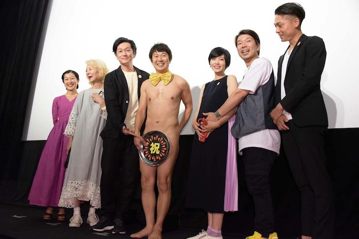 「こはく」舞台挨拶に登壇した(左から)鶴田真由、木内みどり、井浦新、アキラ100%、遠藤久美子、横尾初喜監督、寿大聡。