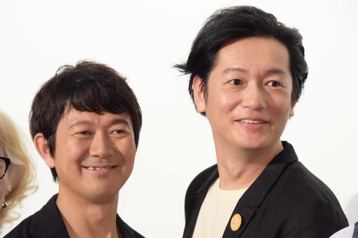「こはく」完成披露上映会の様子。左から大橋彰(アキラ100%)、井浦新。